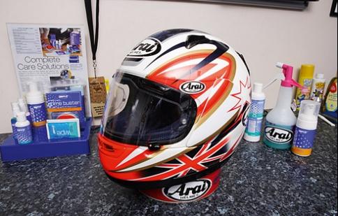 Làm sạch mũ bảo hiểm đúng cách
