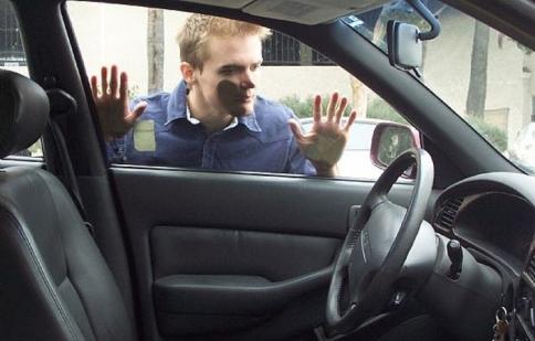 Tư vấn: Xe hay tự động khóa cửa thì phải làm sao?