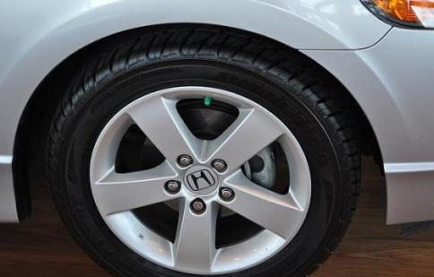 Honda Civic 1.8L đi khoảng bao lâu thì nên thay lốp xe?