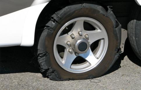 Xử lý ô tô bất ngờ nổ lốp khi di chuyển tốc độ cao