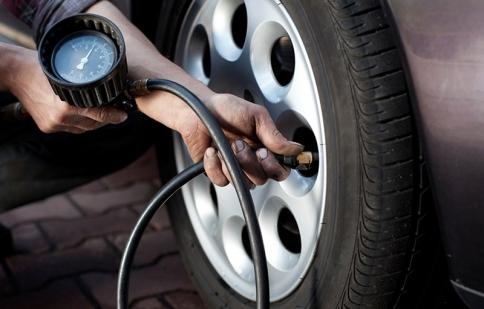Xử trí như thế nào khi bị nổ lốp xe?