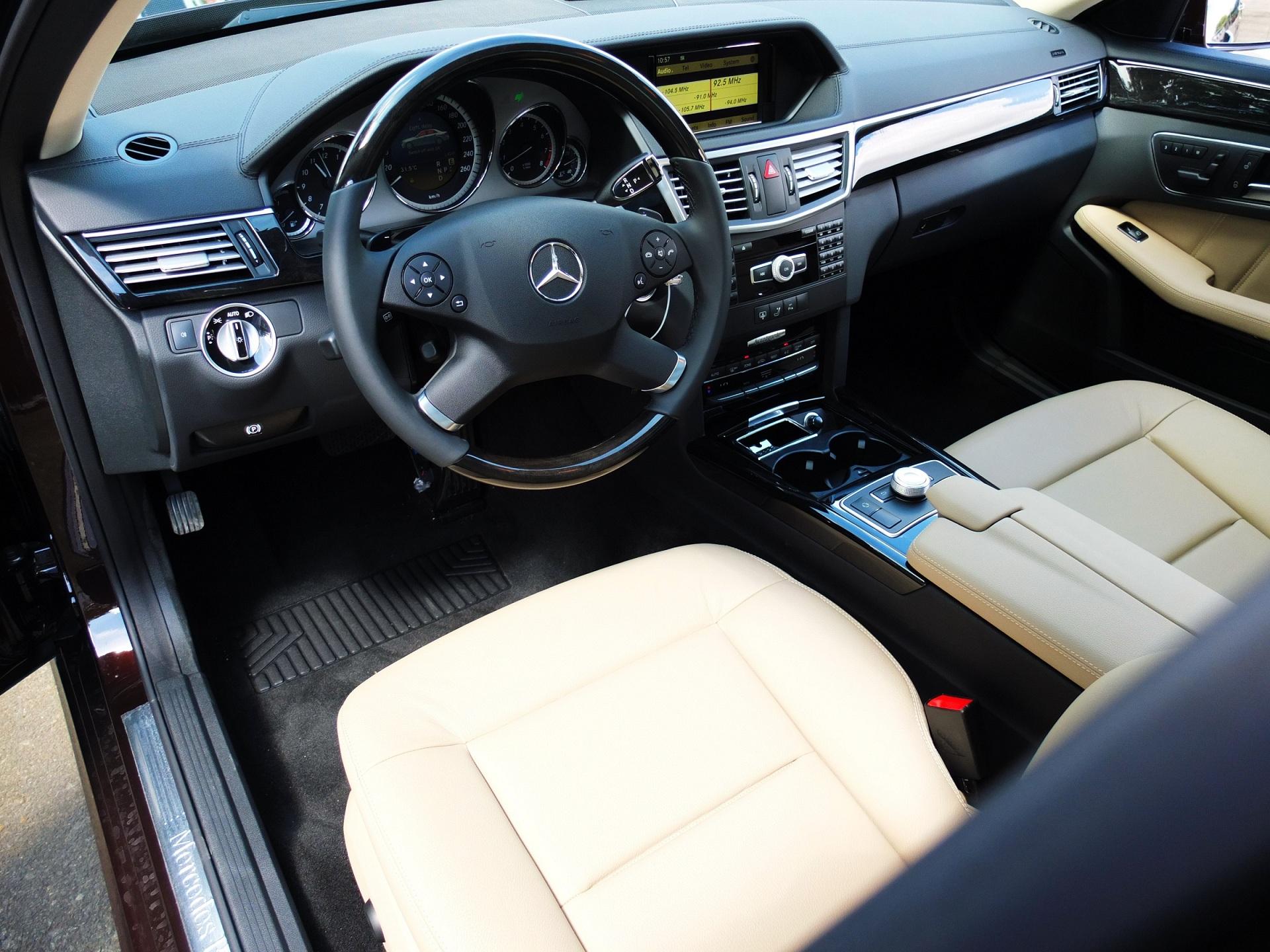 Nội thất bên trong xe cưới Mercedes E300 hạng sang