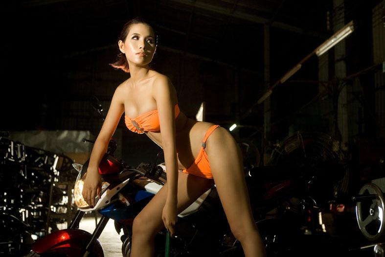 Siêu mẫu Việt nóng bỏng cùng bikini và xế lạ