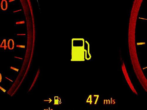 Cố lái xe khi sắp hết xăng - thói quen nên bỏ