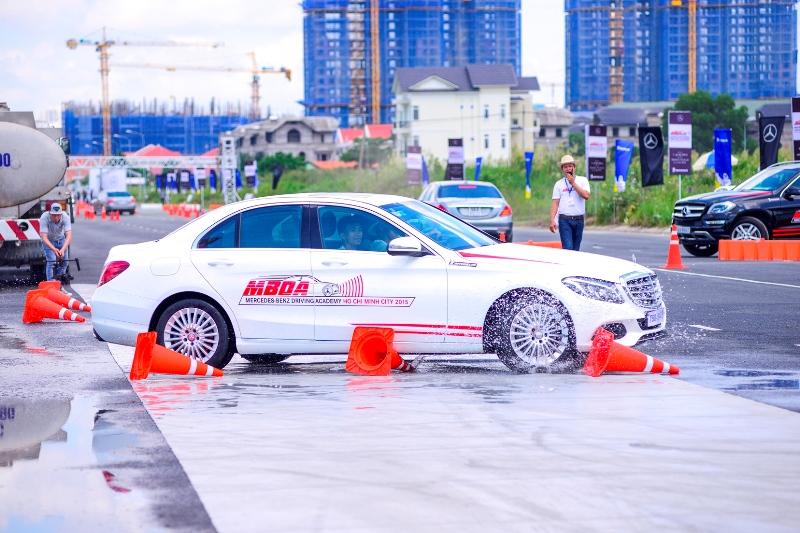 Mercedes-Benz-Việt-Nam-hướng-dẫn-lái-xe-an-toàn-cho-khách-hàng